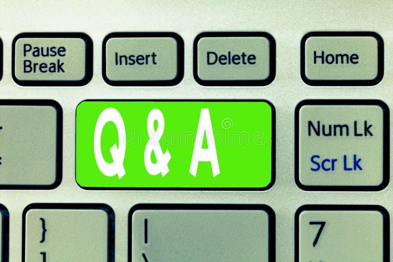 Begreppsmässig handhandstil som visar Q och A Utbyte för affärsfototext av frågor och svar mellan grupper av visning arkivfoto
