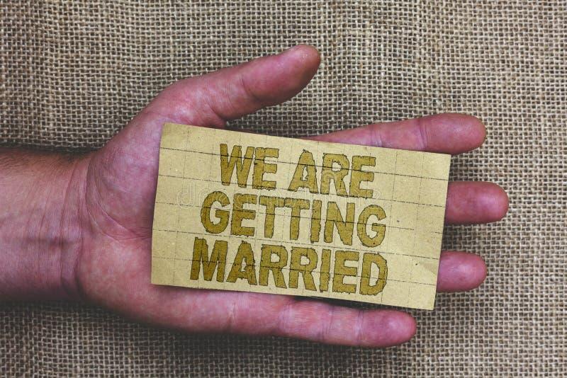 Begreppsmässig handhandstilvisning som vi får att gifta sig Affärsfoto som ställer ut att älska för kopplingsbröllopförberedelse royaltyfri fotografi
