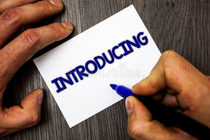 Begreppsmässig introduktion för handhandstilvisning Affärsfoto som ställer ut framlägga ett ämne eller någon första meetin för in arkivfoto