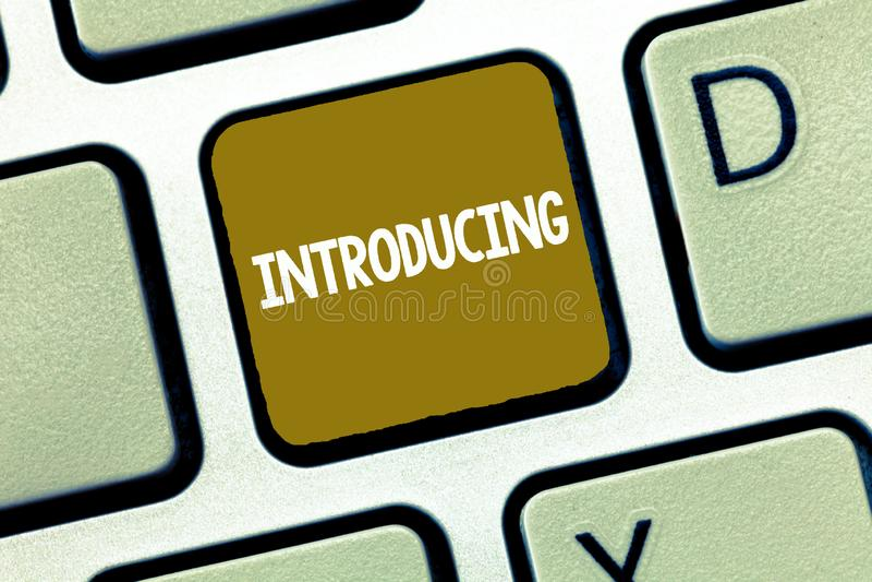 Begreppsmässig introduktion för handhandstilvisning Affärsfoto som ställer ut framlägga ett ämne eller någon initial inställning royaltyfri fotografi