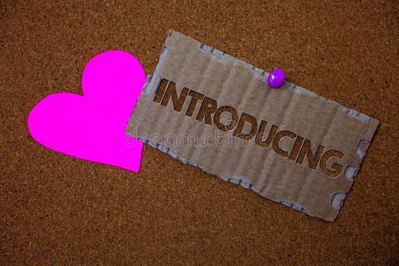 Begreppsmässig introduktion för handhandstilvisning Affärsfototext som framlägger ett ämne eller någon första mötekrön för initia arkivfoto