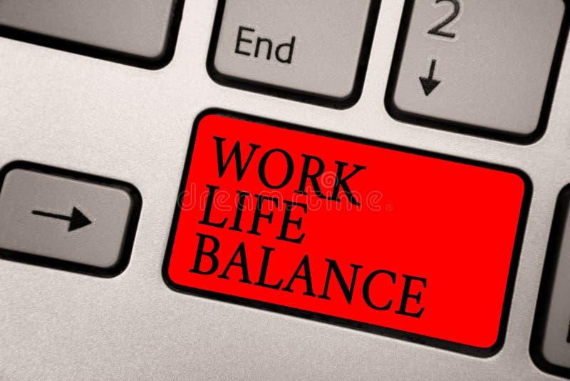Begreppsmässig jämvikt för liv för arbete för handhandstilvisning Uppdelning för affärsfototext av tid mellan att arbeta eller fa royaltyfri foto