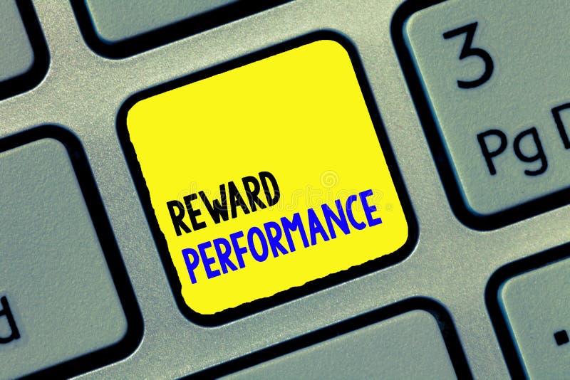 Begreppsmässig kapacitet för belöning för handhandstilvisning Värderingen för affärsfototext känner igen relativt värde för arbet arkivfoton