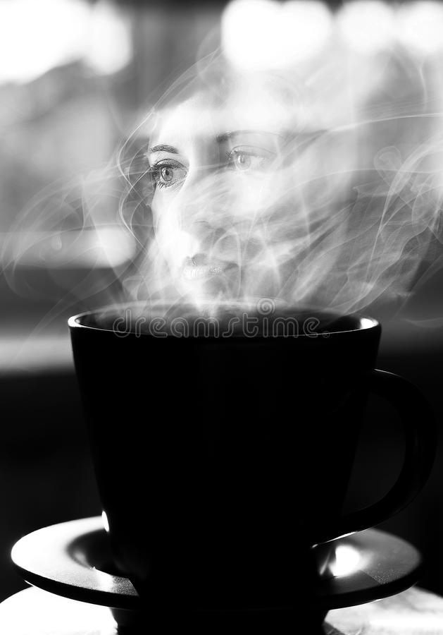 Begreppsmässig konst svart white Surrealistisk kopp med landskapet Dubbel exponering av den härliga flickan royaltyfri illustrationer