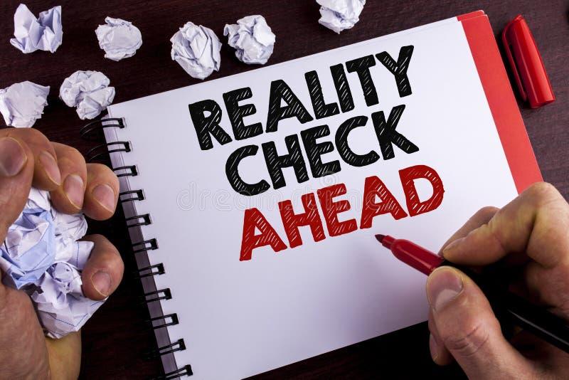 Begreppsmässig kontroll för verklighet för handhandstilvisning framåt Affärsfototext avtäcker sanning som vet att faktum undviker royaltyfri bild