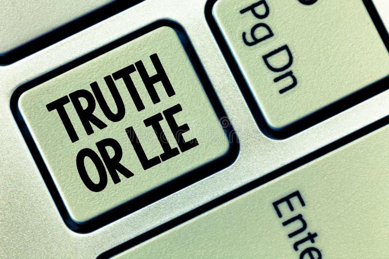 Begreppsmässig sanning eller lögn för handhandstilvisning Affärsfoto som ställer ut beslut mellan att vara ärligt ohederligt prim royaltyfri illustrationer
