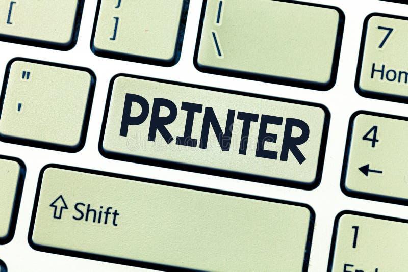 Begreppsmässig skrivare för handhandstilvisning Affärsfoto som ställer ut van vid trycksaker för apparat som göras på datorkontor royaltyfri foto