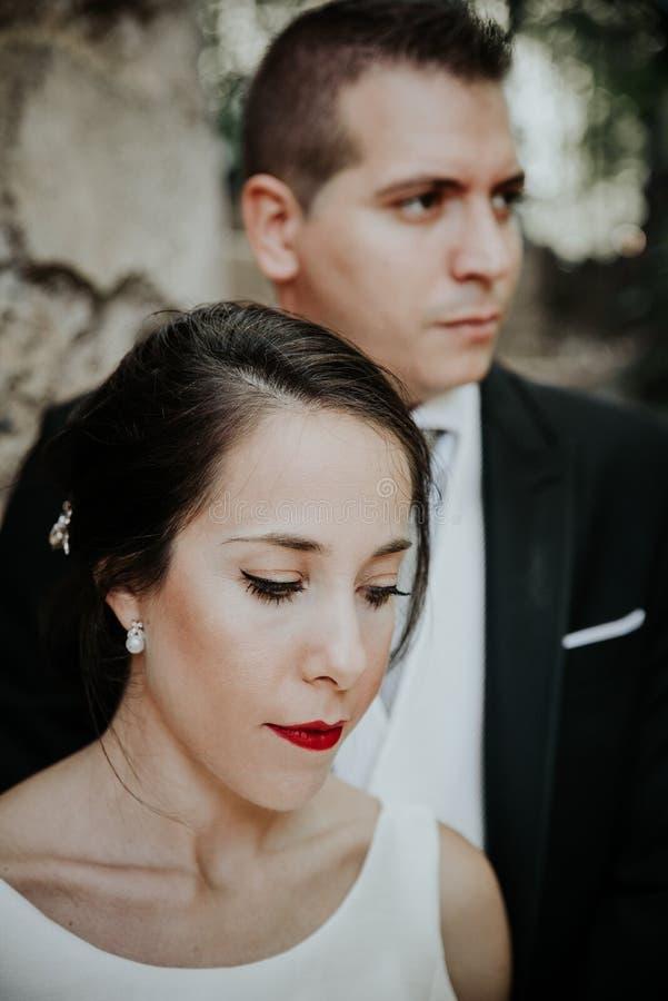 Begreppsmässig stående av bruden och brudgummen arkivfoton