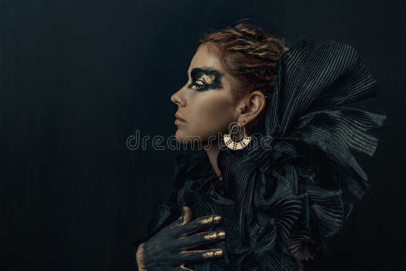 Begreppsmässig stående av det mörka sminket för härlig modeblickkvinna arkivfoton