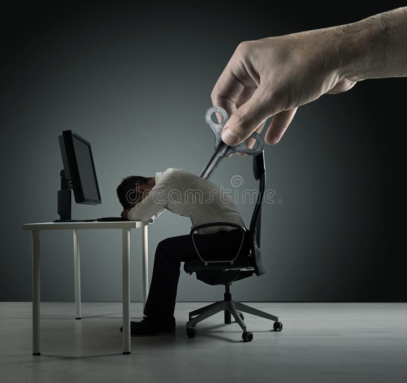 Begreppsmässig stående av exhausred kontorsarbetare som en är winded upp royaltyfri foto