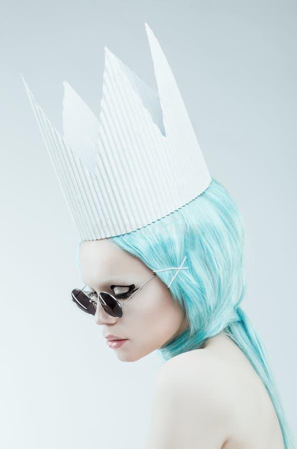 Begreppsmässig studiostående av kvinnan med cyan hår fotografering för bildbyråer