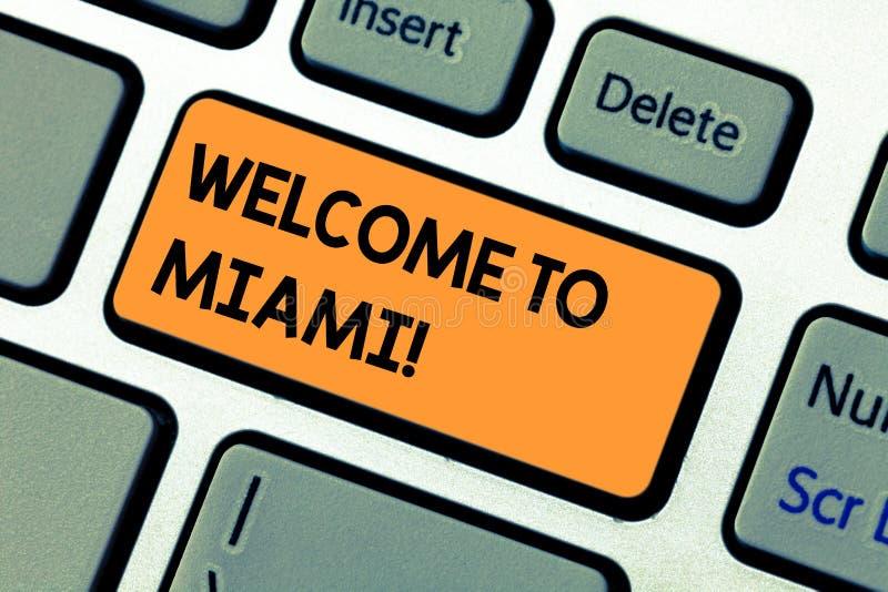 Begreppsmässig välkomnande för handhandstilvisning till Miami Affärsfototext som ankommer till stranden för Florida den soliga st royaltyfri fotografi
