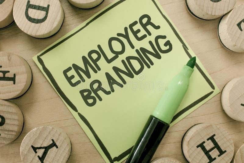 Begreppsmässigt brännmärka för arbetsgivare för handhandstilvisning Affärsfoto som ställer ut process av att främja en företagsby arkivbild