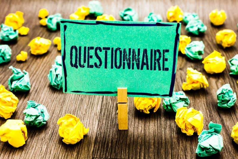 Begreppsmässigt frågeformulär för handhandstilvisning Affärsfotoet som ställer ut frågor med ett val av svar, granskar statistisk royaltyfria foton