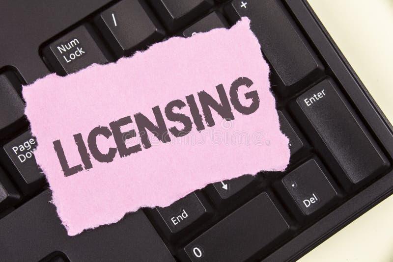 Begreppsmässigt licensera för handhandstilvisning Affärsfotoet som ställer ut lån ett tillstånd för licens bruket av något, låter royaltyfria bilder
