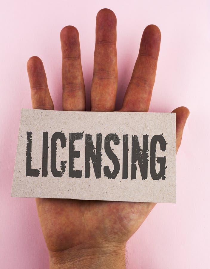 Begreppsmässigt licensera för handhandstilvisning Lånet för affärsfototext ett tillstånd för licens bruket av något låter lagligt arkivfoton