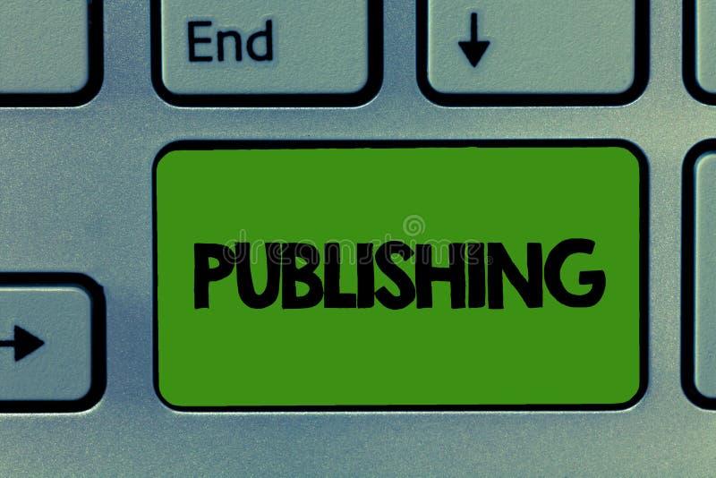 Begreppsmässigt publicera för handhandstilvisning Affärsfoto som ställer ut att förbereda och att utfärda skriftliga boktidskrift royaltyfri foto