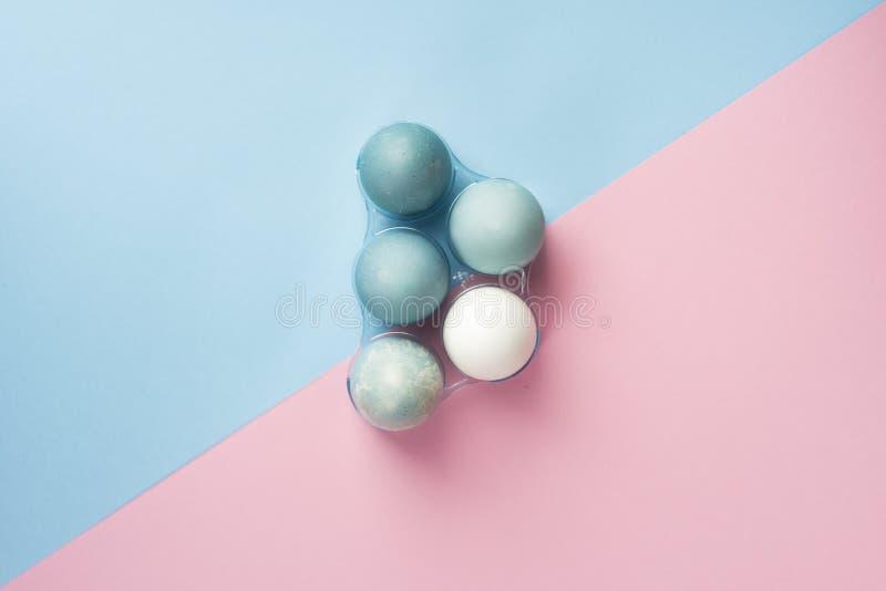 Begreppsmässigt stillebenfoto av flera blåa ägg i plast- geom royaltyfri foto