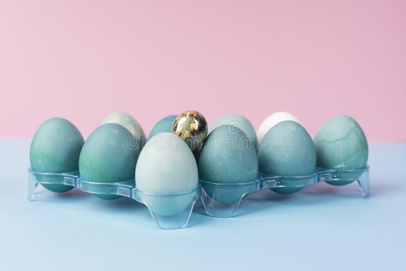 Begreppsmässigt stillebenfoto av flera blåa ägg i plast- geom arkivfoton