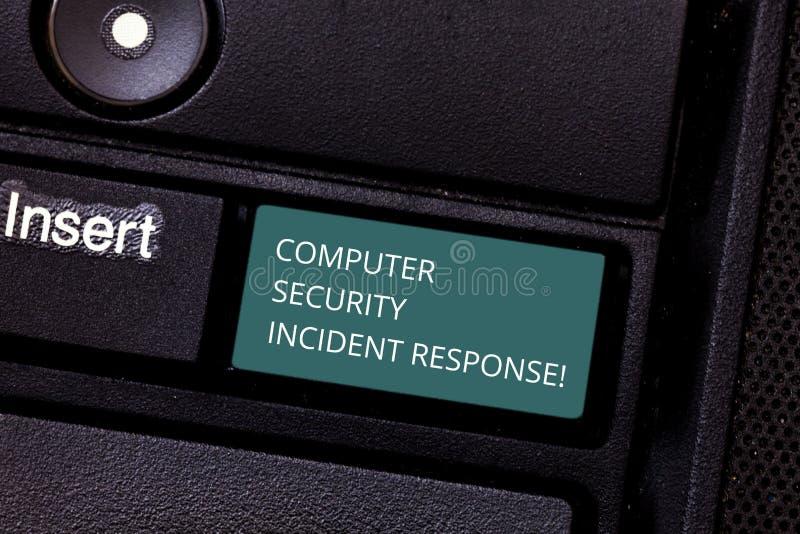 Begreppsmässigt svar för säkerhet för dator för handhandstilvisning infallande Affärsfoto som ställer ut teknologifelsäkerhet arkivbild