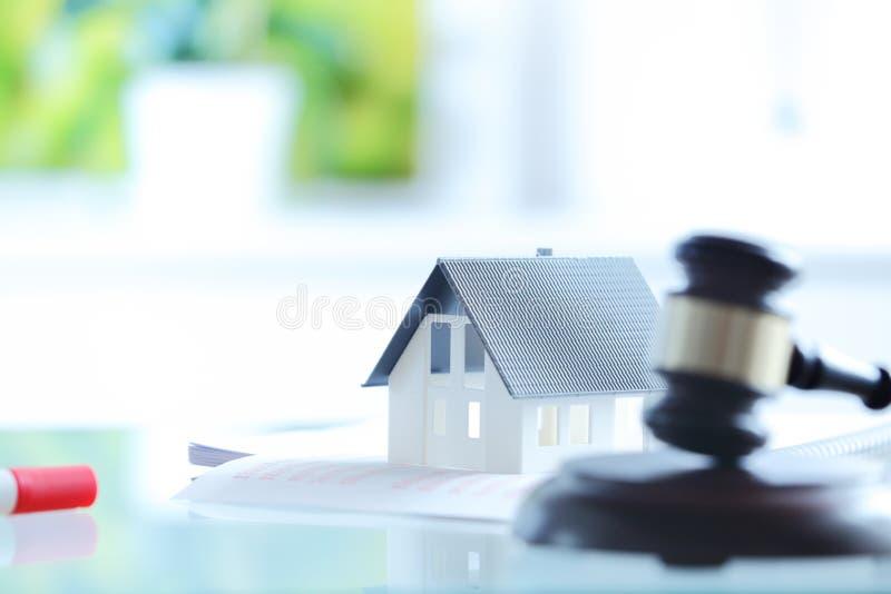Begreppsmässigt vitt litet hus överst av dokument arkivfoton