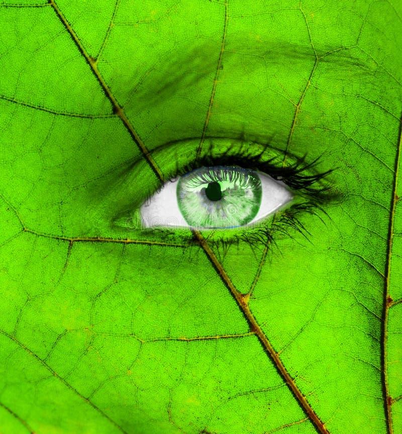 Begreppsm?ssig bild f?r ekologi med det gr?na m?nskliga ?gat fotografering för bildbyråer