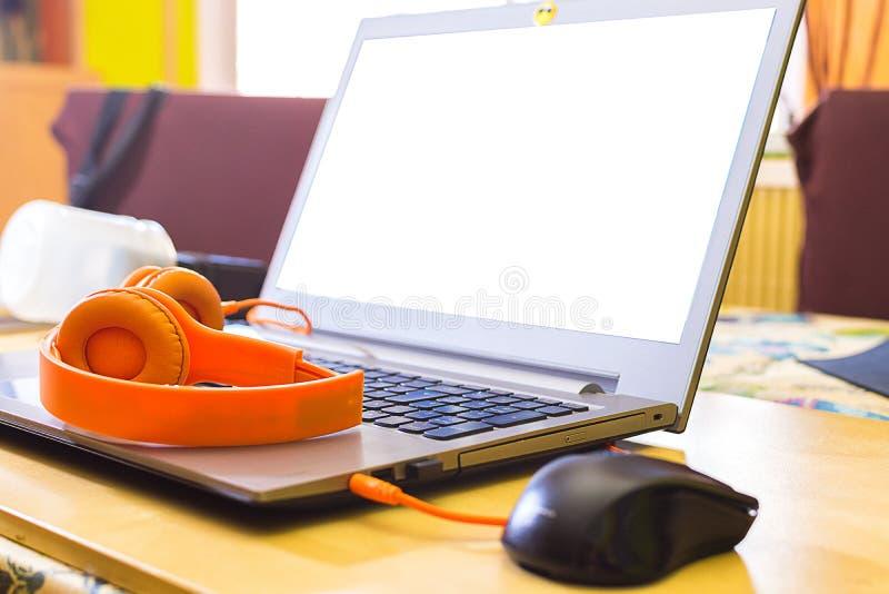 Begreppsm?ssig workspace Bärbar dator med skärmen i vit royaltyfri foto