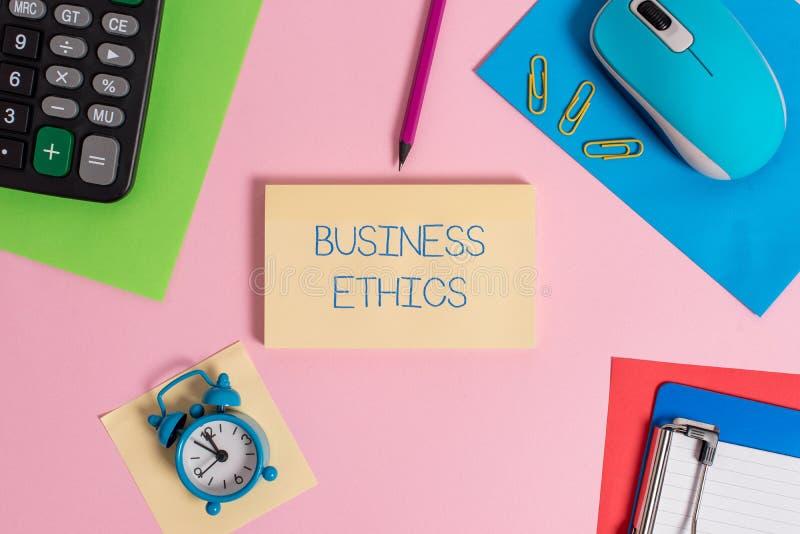 Begreppsm?ssiga etik f?r aff?r f?r handhandstilvisning Moraliska principer för affärsfototext som vägleder vägen en affär royaltyfria bilder