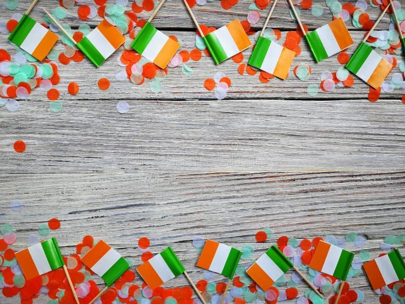 Begreppssjälvständighetsdagen för MARS 17 av Irland och Irland den nationella dagen din avst?ndstext mini- flaggor med papperskon royaltyfria bilder