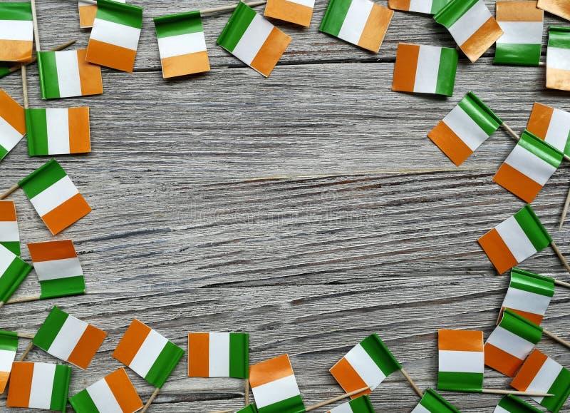 Begreppssjälvständighetsdagen för MARS 17 av Irland och Irland den nationella dagen din avst?ndstext mini- flaggor på vit träbakg royaltyfri bild