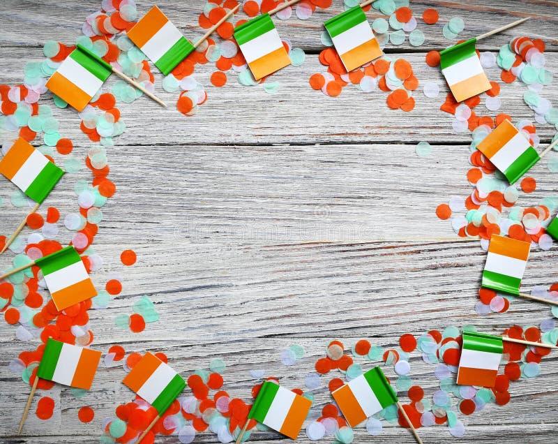 Begreppssjälvständighetsdagen för MARS 17 av Irland och Irland den nationella dagen din avst?ndstext mini- flaggor på vit träbakg arkivbilder