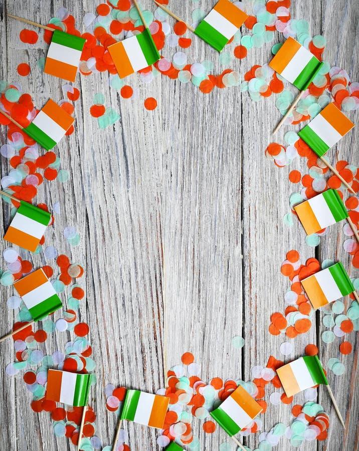 Begreppssjälvständighetsdagen för MARS 17 av Irland och Irland den nationella dagen din avst?ndstext mini- flaggor på vit träbakg arkivfoto