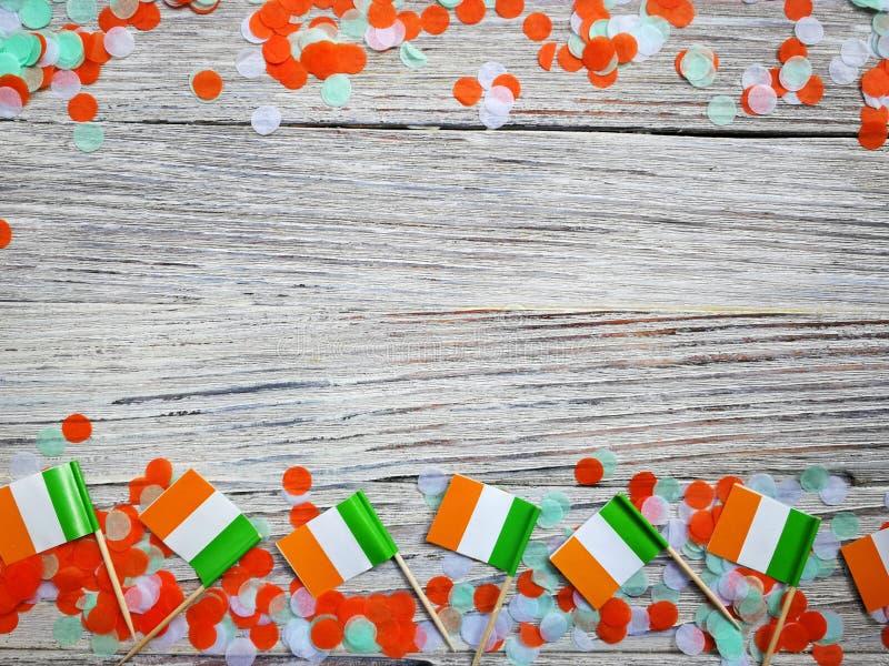 Begreppssjälvständighetsdagen för MARS 17 av Irland och Irland den nationella dagen din avst?ndstext mini- flaggor på vit träbakg royaltyfri foto
