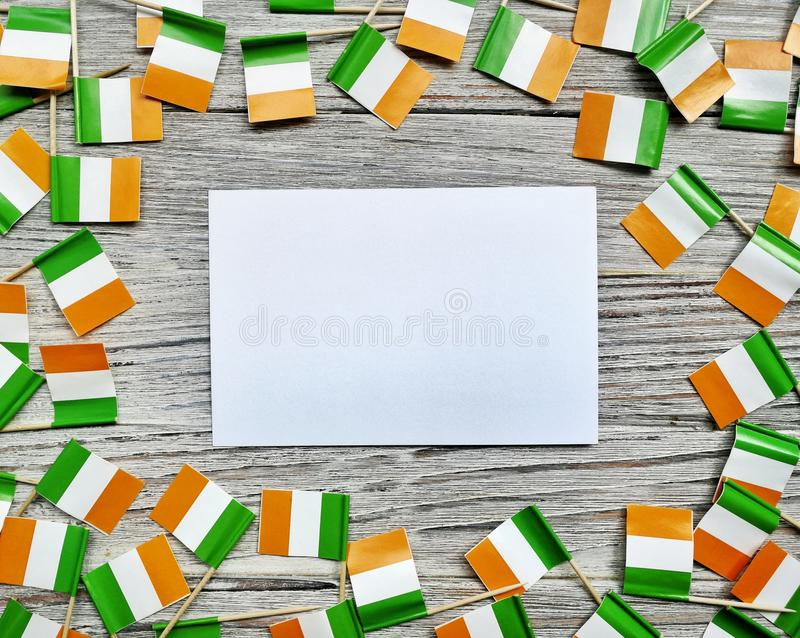 Begreppssjälvständighetsdagen för MARS 17 av Irland och Irland den nationella dagen din avst?ndstext Mocup mini- fästingaskar med arkivbild