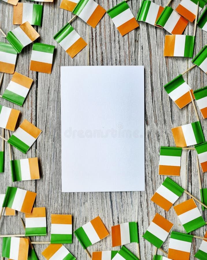 Begreppssjälvständighetsdagen för MARS 17 av Irland och Irland den nationella dagen din avst?ndstext Mocup mini- fästingaskar med royaltyfri foto