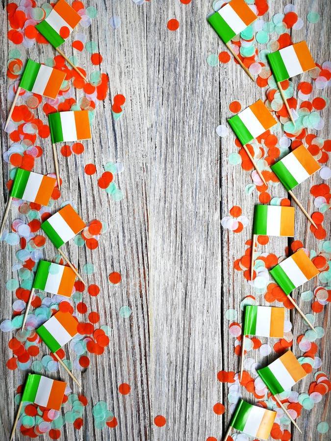 Begreppssjälvständighetsdagen för MARS 17 av Irland och Irland den nationella dagen din avst?ndstext Mocup mini- flaggor med papp arkivbilder