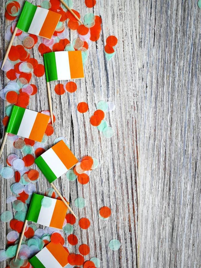 Begreppssjälvständighetsdagen för MARS 17 av Irland och Irland den nationella dagen utrymme för din text, mini- flaggor med pappe royaltyfria foton