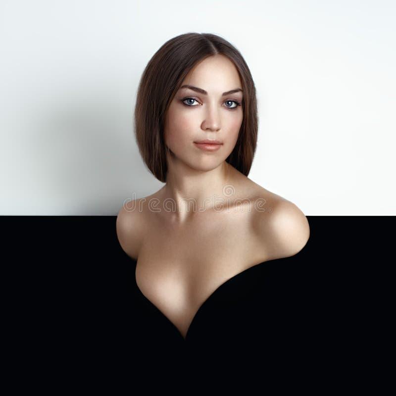 Begreppsskönhetstående Brunettmodell Ungdom- och ståendekvinna för hud Care royaltyfri bild