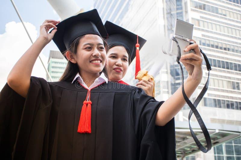 Begreppsutbildningslyckönskan i universitetet, selfie tar fotoet royaltyfri fotografi