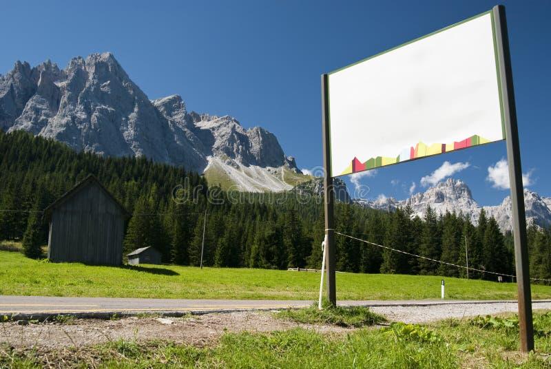 Begriff auf Straße mit Bergen lizenzfreie stockbilder