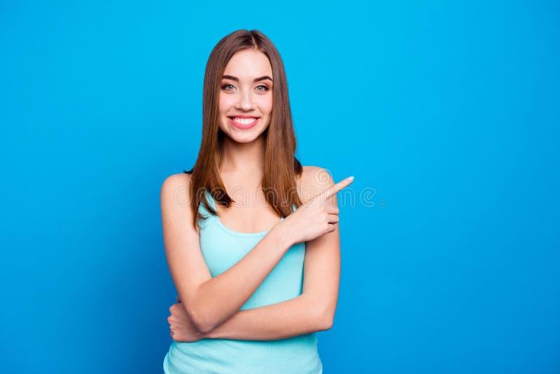 begriff Porträt des attraktiven reizend modischen Gefühlsinhalts des Studenten, welche der Entscheidung rät, Verkauf wählend lizenzfreies stockfoto