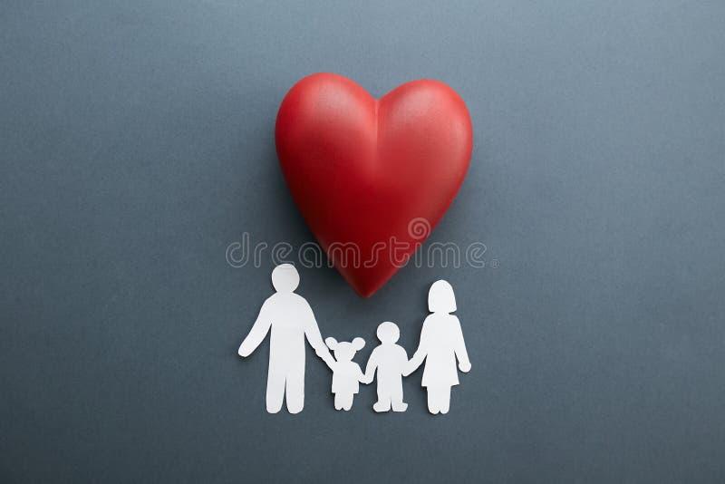 Begriffsbild der Papierkette in der Form der Familie Gesundheit insuarance Zusätze stockfoto