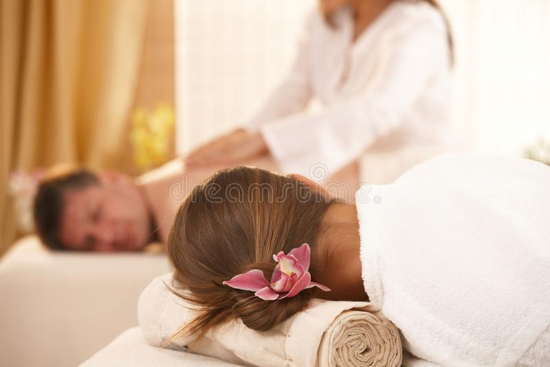 Begriffsbild des Erhaltens von Massage stockbild