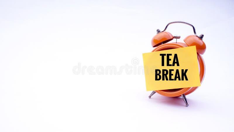 Begriffsbild des Geschäfts-Konzeptes mit Wörter Pause auf einer Uhr mit einem weißen Hintergrund Selektiver Fokus stockbilder