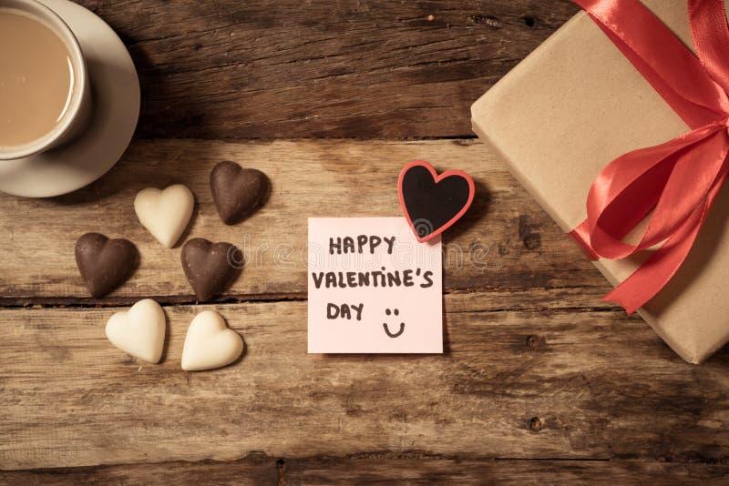 Begriffsbild des glücklichen Heiligvalentinsgrußtages mit Post-Itanmerkung, Herz formte Schokolade und Kaffee lizenzfreie stockbilder