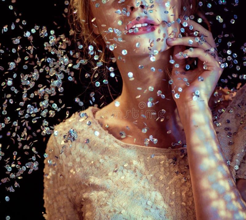 Begriffsbild einer Frau, die den Pailletteregen betrachtet lizenzfreie stockbilder