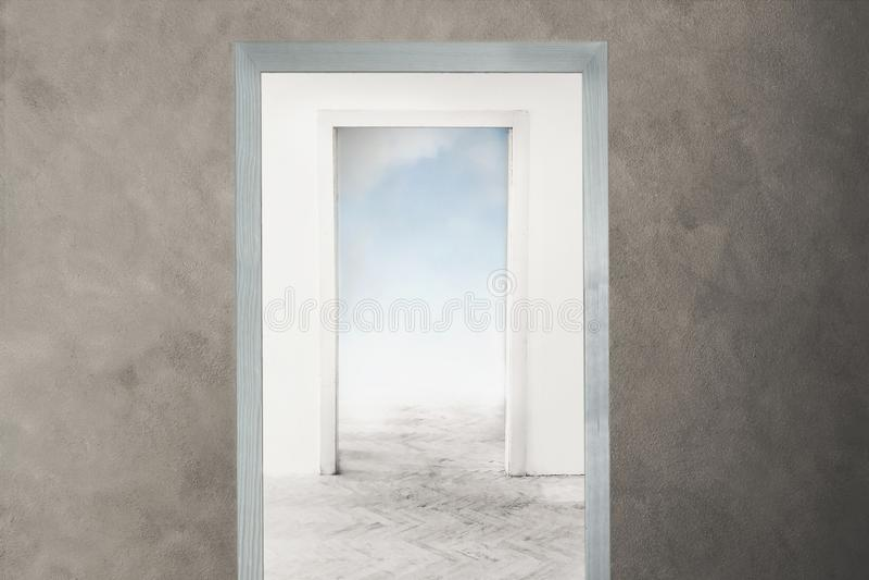 Begriffsbild einer Tür, die in Richtung zur Freiheit und zu den Träumen sich öffnet lizenzfreie stockfotos