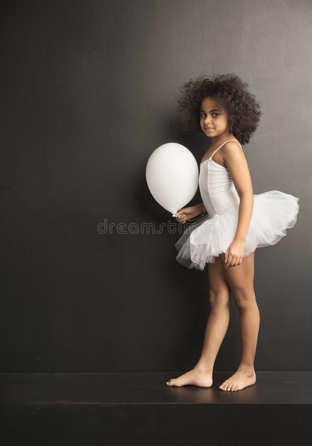 Begriffsbild eines wenigen Balletttänzers mit einem Ballon lizenzfreies stockfoto