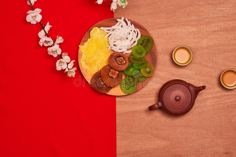 Begriffsebene legen Lebensmittel des Chinesischen Neujahrsfests und trinken Stillleben lizenzfreie stockfotos