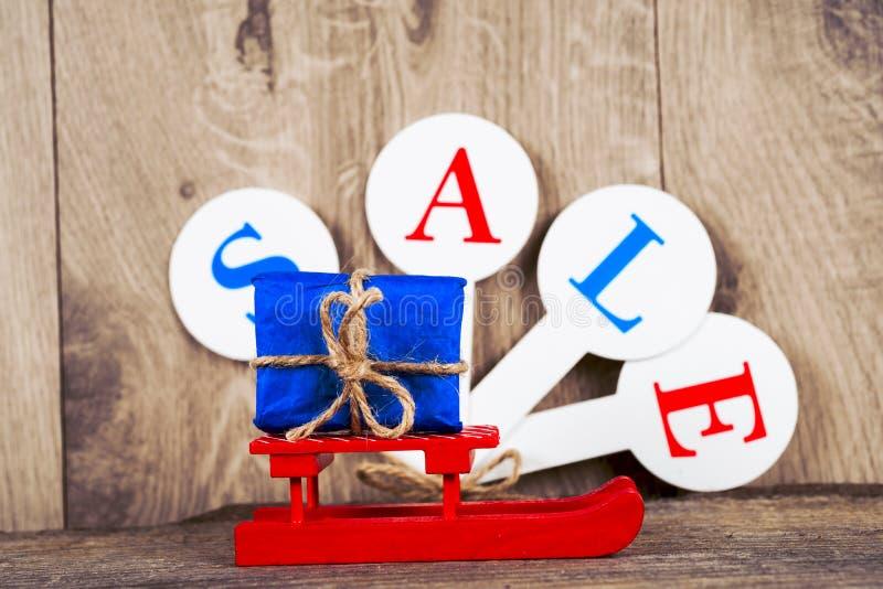 Begriffsfoto des Weihnachtsgeschäfts oder des Geschenkeinkaufens Der Wort Verkauf lizenzfreie stockfotografie